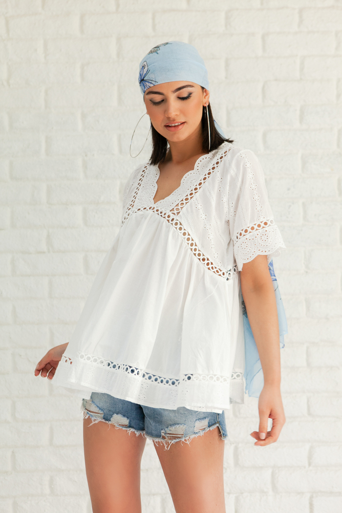 cfa781b13f7a Μπλούζα λευκή v-cut με σχέδια δαντέλα